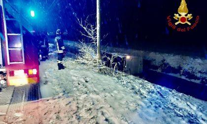 Granozzo furgone si ribalta nel canale a causa della neve