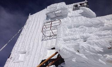 Spettacolo Margherita: il rifugio avvolto da neve ghiacciata. Questa notte -24