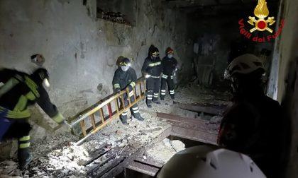 Ragazzini entrano nel Fabbricone di Arona: una giovane cade al piano di sotto