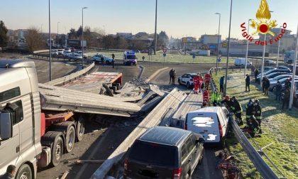 Trecate camion perde carico e travolge tre auto – LE IMMAGINI