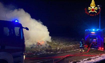 In fiamme 4mila rotoballe di fieno a San Pietro Mosezzo: l'intervento dei pompieri