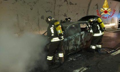 Auto a fuoco sulla A26 nella galleria Massino Visconti