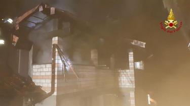 Divignano casa distrutta dalle fiamme