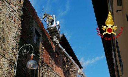 Casa abbandonata e pericolante in centro a Maggiora: intervengono i vigili del fuoco