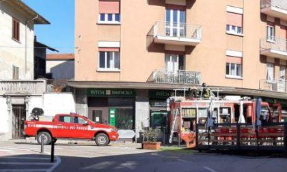 Pompieri a Castelletto: soccorsa una donna nel condominio in piazza