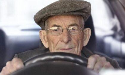 Anziano sfreccia col rosso e prende a pugni un carabiniere: arrestato