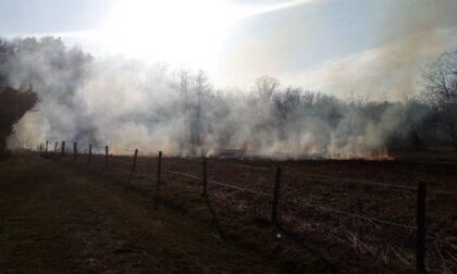 Fuoco e fumo a Glisente: intervengono la polizia locale e l'Aib