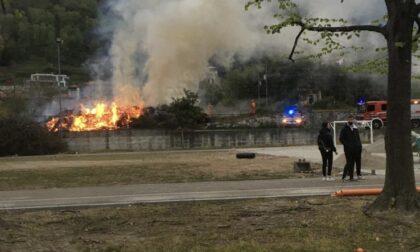 Incendio a Lesa tra la ferrovia e il campetto delle scuole