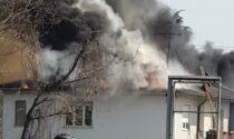 Borgo Ticino vasto incendio a un tetto: 4 squadre dei vigili del fuoco in campo