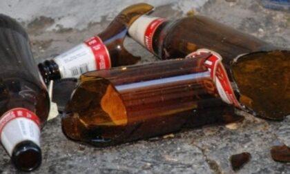 Cerano bevono birra e poi lanciano le bottiglie dal finestrino: beccati