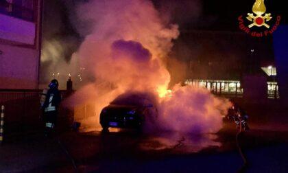 Novara due auto in fiamme nella notte