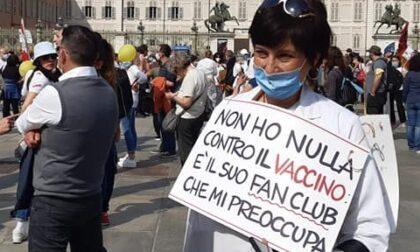 Medici e infermieri no-vax manifestano a Torino contro l'obbligo vaccinale