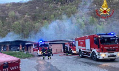 Collassa capannone a causa di un incendio: 3 squadre di pompieri impegnate