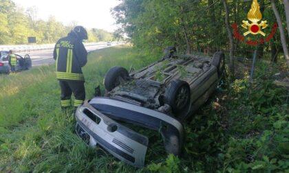 Auto si ribalta sulla A26: due persone portate all'ospedale di Borgomanero