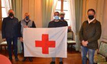 A Borgomanero per la giornata della Croce rossa issata la bandiera a Palazzo Tornielli