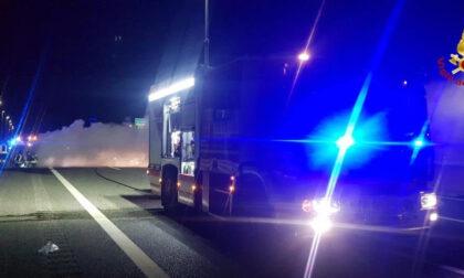 Macchina a fuoco sulla A4 all'altezza dell'autogrill di Novara
