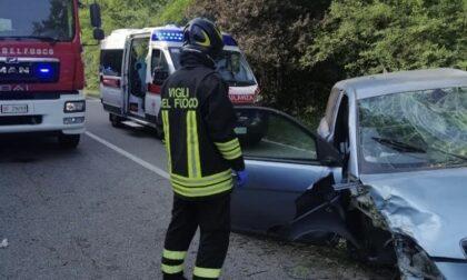 Incidente a Borgomanero: i soccorsi estraggono una persona dalle lamiere