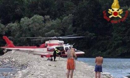 Bloccati sull'isolotto in mezzo al Ticino: recuperati dai vigili del fuoco