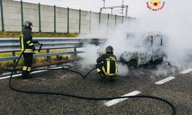 Auto in fiamme sull'autostrada A4