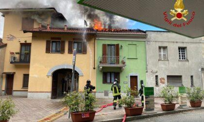 Trecate a fuoco il tetto di un'abitazione