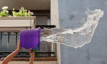 Secchiata d'acqua e candeggina contro gli avventori del bar sotto casa, una ragazza finisce in ospedale