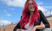 """Giovane commessa del supermarket: """"Licenziata per i miei capelli ciliegia"""""""