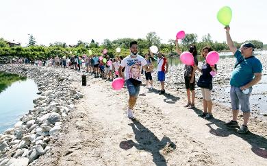 Romagnano palloncini tricolori sul Sesia per chiedere il ponte: guarda il video