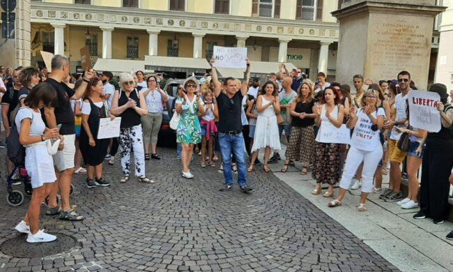 Anche a Novara è scesa in piazza la protesta contro il green pass - VIDEO
