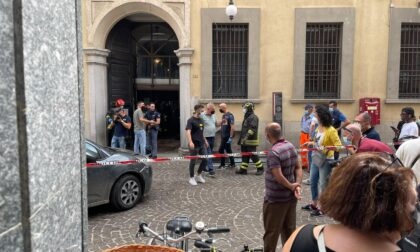 Sfonda con l'auto il portone del municipio di Novara e minaccia di darsi fuoco