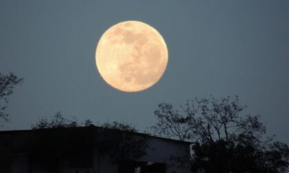 Questa sera è la notte della Luna blu: illuminerà il cielo insieme a Giove e Saturno