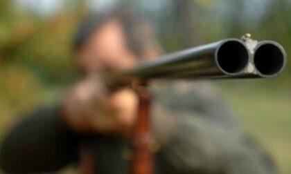 Cacciatore scivola sul suo fucile e si spara: morto a 58 anni