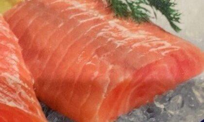 Data di scadenza sbagliata: Carrefour ritira tranci di salmone in tutta Italia