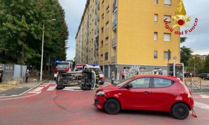 Incidente in via Adamello: auto ribaltata