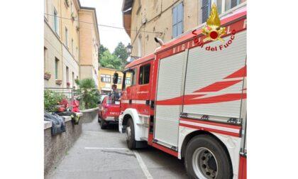Incendio in una palazzina a Gozzano: anziana salvata dal pompieri