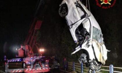 Auto esce di strada e finisce in una scarpata: morti due giovani di 22 e 23 anni